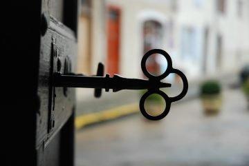 https://pixabay.com/photos/old-key-lock-key-door-old-unlock-5380625/